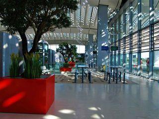 Grands Bacs à arbre STEELAB en aluminium – Gare TGV Montpellier ATELIER SO GREEN Aéroports modernes Aluminium/Zinc Rouge