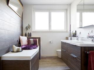 Stilvoll und gemütlich - Bad in Holzoptik Banovo GmbH Moderne Badezimmer