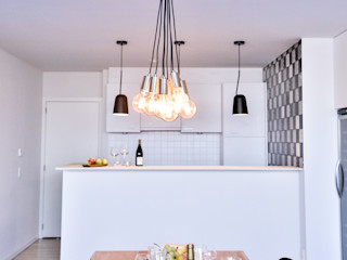 wide living space Isabel Gomez Interiors Endüstriyel Yemek Odası Ahşap Beyaz