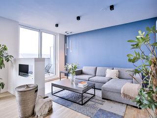 wide living space Isabel Gomez Interiors Endüstriyel Oturma Odası Turkuaz