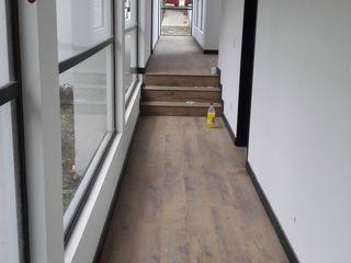 Arkited Pasillos, vestíbulos y escaleras de estilo moderno Madera Blanco