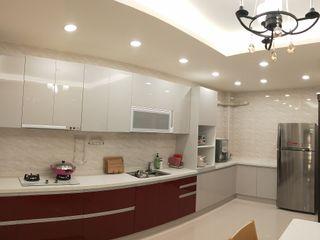 頂尖室內設計工程行 ミニマルデザインの キッチン