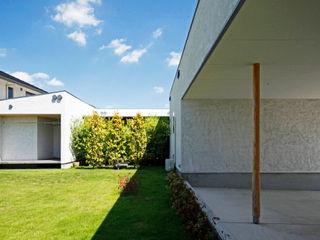 自然と寄り添うコの字型平屋 kisetsu モダンな庭 木 緑