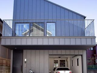八千代の住宅|子育て世代のガレージハウス TAPO 富岡建築計画事務所 一戸建て住宅 金属 灰色