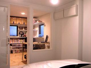 八千代の住宅|子育て世代のガレージハウス TAPO 富岡建築計画事務所 ガレージ車庫 白色