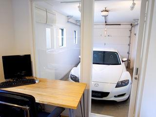 八千代の住宅|子育て世代のガレージハウス TAPO 富岡建築計画事務所 モダンデザインの 書斎 白色