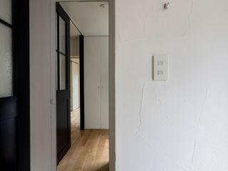 壁孔の家 株式会社エキップ オリジナルスタイルの 玄関&廊下&階段 白色
