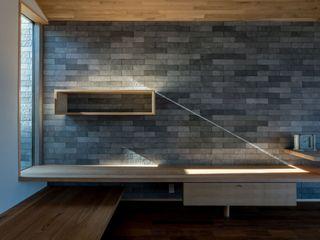 北林泉の家 株式会社エキップ モダンデザインの リビング タイル 灰色