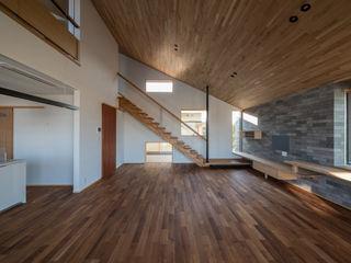 北林泉の家 株式会社エキップ モダンデザインの リビング 無垢材 木目調