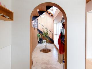 株式会社建築工房DADA Modern corridor, hallway & stairs White