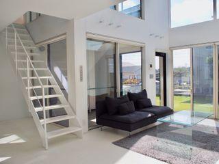 中庭の家 RAI一級建築士事務所 モダンデザインの リビング 白色