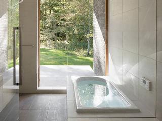 atelier137 ARCHITECTURAL DESIGN OFFICE Modern bathroom Tiles White