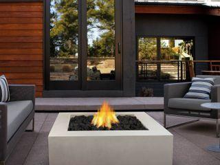 Grupo Cinco Chimeneas Balconies, verandas & terraces Furniture Concrete White