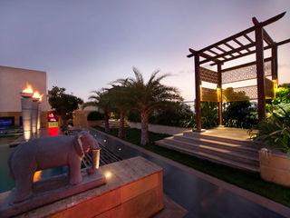 Kembhavi Architecture Foundation Balcones y terrazas de estilo moderno Compuestos de madera y plástico Multicolor