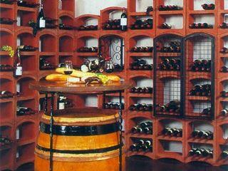 Proposte arredo cantina con portabottiglie in pietra Bloc Cellier ShoWine Cantina in stile rustico Pietra Rosso