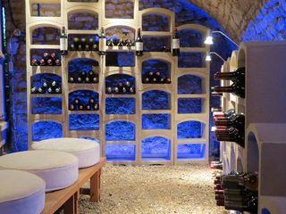 Proposte arredo cantina con portabottiglie in pietra Bloc Cellier ShoWine Cantina in stile rustico Pietra Bianco