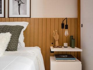 Macro Arquitetos Eclectic style bedroom Wood