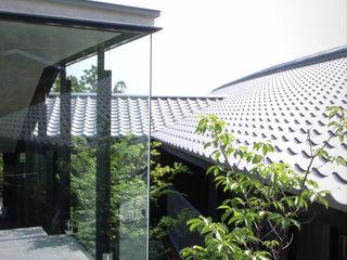 雷山の別荘|絶景を楽しめる和モダンの高級別荘 TAPO 富岡建築計画事務所 別荘 石 灰色