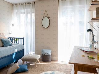 Dormitorio infantil y cuarto de baño azul en reforma integral de vivienda en Bilbao centro Sube Interiorismo Habitaciones de niños Beige