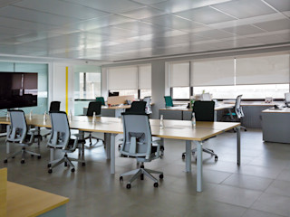 ESTORES ENROLLABLES INSTALADOS EN OFICINA FUNCIONAL Saxun Oficinas y tiendas de estilo moderno