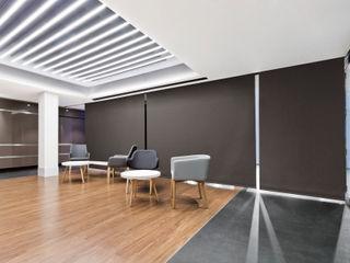 ESTORES ENROLLABLES INSTALADOS EN EL HALL DE UN HOTEL Saxun Hoteles de estilo moderno