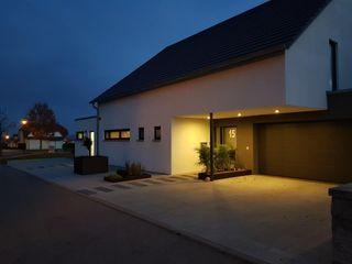 Neubau EFH mit integrierter Doppelgarage | MCG a r c h i t e k t u r b ü r o grimm Moderne Häuser