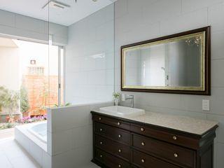 株式会社横山浩介建築設計事務所 Modern Bathroom