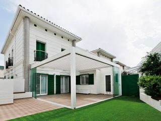 PÉRGOLA BIOCLIMÁTICA PROTEGIENDO LA TERRAZA DE UNA VIVIENDA UNIFAMILIAR Saxun Balcones y terrazas de estilo moderno