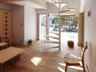 遠藤浩建築設計事務所 H,ENDOH ARCHTECT & ASSOCIATES Salas modernas Madera maciza Blanco