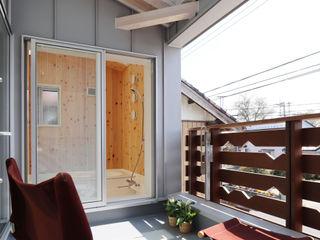 遠藤浩建築設計事務所 H,ENDOH ARCHTECT & ASSOCIATES Balcones y terrazas modernos Aluminio/Cinc Gris