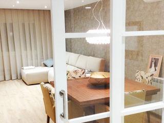 Sistema de iluminación en una casa de Barcelona Luxiform Iluminación Salones de estilo moderno
