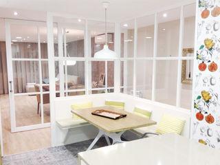 Sistema de iluminación en una casa de Barcelona Luxiform Iluminación Comedores de estilo moderno Blanco