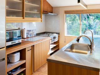 思い出の庭を愛でる家 FAD建築事務所 モダンな キッチン