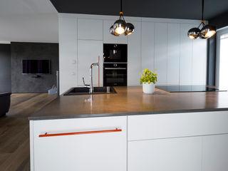 Offene Küche und Heimkino hysenbergh GmbH   Raumkonzepte Duesseldorf Moderne Küchen