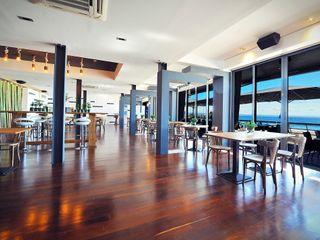 Projeto de decoração do Restaurante BBeach na Praia da Torre em Oeiras Officina Boarotto Salas de jantar rústicas Madeira Multicolor