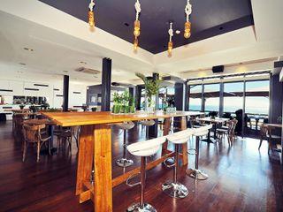 Projeto de decoração do Restaurante BBeach na Praia da Torre em Oeiras Officina Boarotto Salas de jantar rústicas Madeira Acabamento em madeira