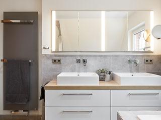 Es werde Licht Banovo GmbH Moderne Badezimmer Weiß