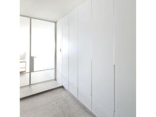 WITHJIS(위드지스) Corredores, halls e escadas modernos Alumínio/Zinco Branco