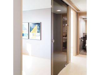 WITHJIS(위드지스) Salas de estar modernas Vidro Castanho