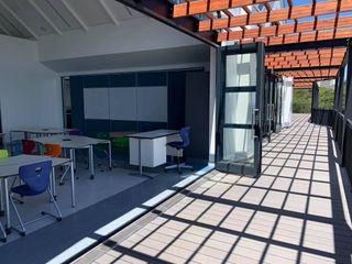 Inovar Escuelas de estilo moderno Compuestos de madera y plástico Gris