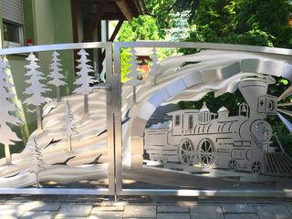 """Die Geburt eines Edelstahltores im """"Western Bergzug"""" Design. Edelstahl Atelier Crouse: Vorgarten Metall Metallic/Silber"""