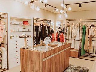 Aline Dinis Arquitetura de Interiores Văn phòng & cửa hàng Kim loại Grey
