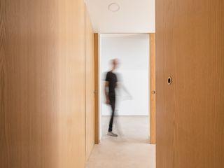 Boost Studio Modern corridor, hallway & stairs Wood Wood effect