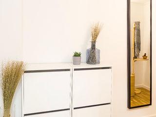 Estudi Aura, decoradores y diseñadores de interiores en Barcelona Modern corridor, hallway & stairs Wood White