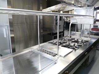 Restaurante en la sierra de Madrid MAQUINARIA PINAR SL Gastronomía de estilo industrial Hierro/Acero Metálico/Plateado