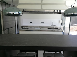 Cocina en vivienda unifamiliar en Madrid MAQUINARIA PINAR SL Cocinas integrales Hierro/Acero Metálico/Plateado