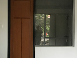 indra firmansyah architects Puertas de estilo minimalista