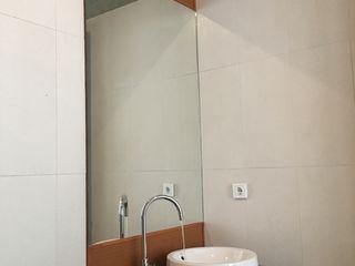 indra firmansyah architects Baños de estilo minimalista