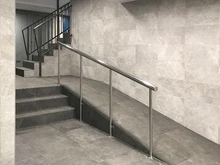 Estudi Aura, decoradores y diseñadores de interiores en Barcelona Modern corridor, hallway & stairs Ceramic Grey