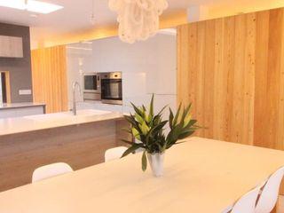 Dab dwelling Dab Den Ltd Modern Dining Room